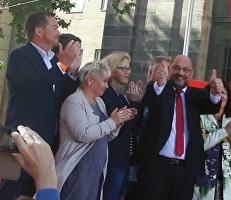 v.l.n.r.: Uli Grötsch, Gabriela Heinrich, Natascha Kohnen und Martin Schulz verabschieden sich von den Zuhörern.