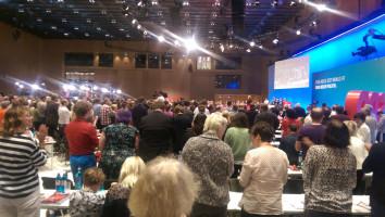 Die SPD-Delegierten klatschen stehend Beifall.